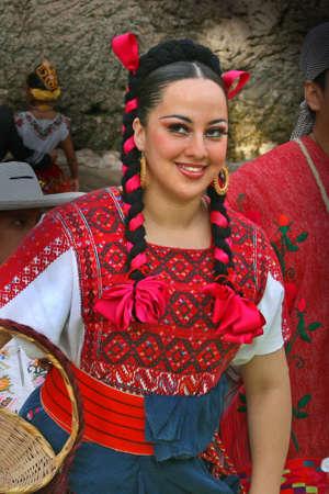 una bailarina mexicana tradicional, trajes regionales Foto de archivo - 4223469