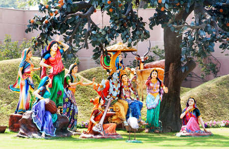 Standbeeld van Lord Krishna met Lakshmi en consorten