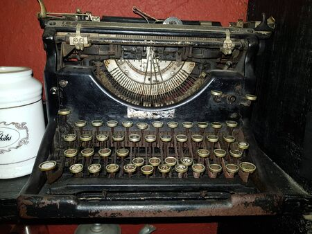 Picture of a very old typewriter