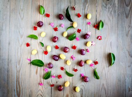 wei�e trauben: Wei�e Trauben und roten Blumen