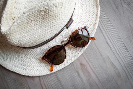 straw hat: Cappello di paglia e occhiali da sole