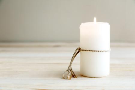 haus beleuchtung: Stillleben von zu Hause Beleuchtung Kerzen auf Holztisch Lizenzfreie Bilder
