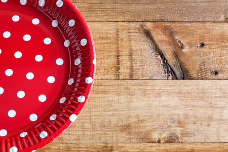 lunares rojos: Platos españoles con lunares rojos en mesa de madera