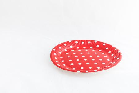 lunares rojos: Platos espa�oles con lunares rojos en mesa de madera