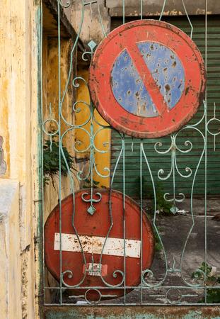 se�ales transito: Tr�fico Viejo se�ala sem�foros viejos en una fachada