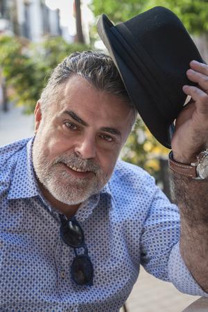 Attraktiver Mann, 50 Jahre alt mit Bart und Hut Standard-Bild