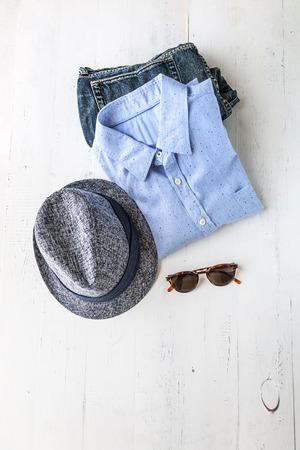casual clothes: Conjunto de ropa y diversos accesorios para hombres en mesa de madera vieja