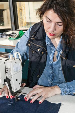 maquinas de coser: Industriales M�quinas de coser operador de la m�quina de coser con la cadena Foto de archivo