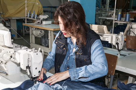 sewing machines: Industrial sewing machines sewing machine operator with chain