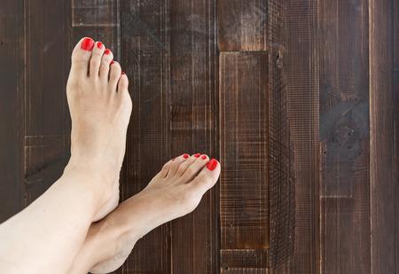 pedicura: Mujer pintando uñas de los pies pedicura