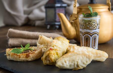 comida arabe: Comida t�pica marroqu� y �rabe en la madera vieja
