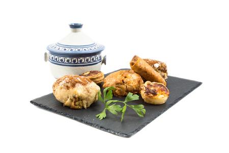comida arabe: Comida típica marroquí y árabe en la madera vieja aislada en el fondo blanco Foto de archivo