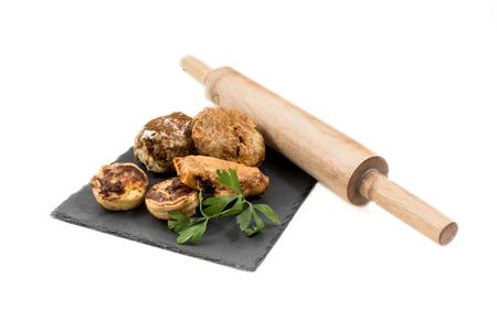 comida arabe: Comida t�pica marroqu� y �rabe en la madera vieja aislada en el fondo blanco Foto de archivo