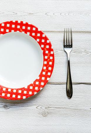 textura: coltello e forchetta e piatto su sfondo di legno vecchio Archivio Fotografico