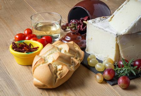 uvas: T�pico queso manchego espa�ol con uvas, m int y romero, pan y chile Foto de archivo