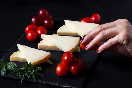 uvas: T�pico queso manchego espa�ol con uvas, menta y romero