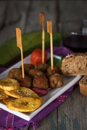 pastel de carne: Pastel de carne con plátanos fritos, pan y vino Foto de archivo