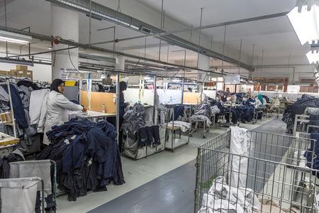 Aprile 18,2016.TANGIER, Marocco: azienda di abbigliamento produce macchine da cucire industriali e di produzione in fabbrica macchinista esperto, tessile che lavorano in linea