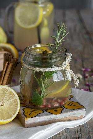 membrillo: Limonada con limón, menta, canela y membrillo sobre fondo de madera