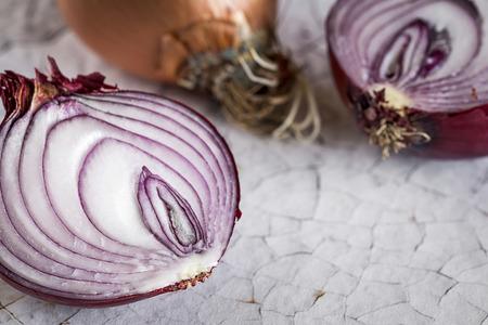 escarola: Cebollas frescas en la vieja mesa de madera blanca.
