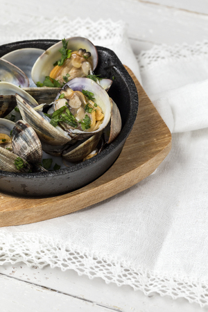 Clam stew in white wine sauce. Typical Spanish Banco de Imagens