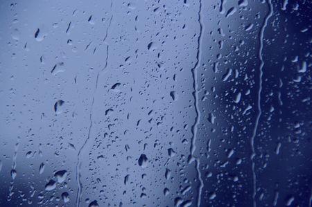 window shade: azul de la ventana las gotas de agua que fluye Foto de archivo