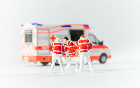 paramédicos transportan a un paciente a la ambulancia coche alemán Foto de archivo