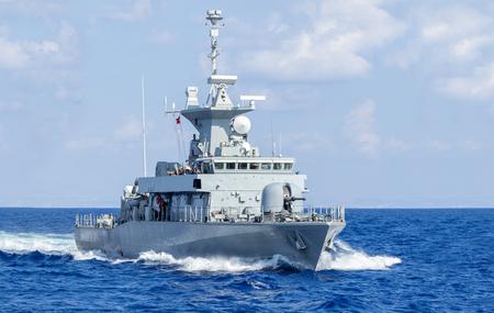 un navire de guerre entraîne en mer