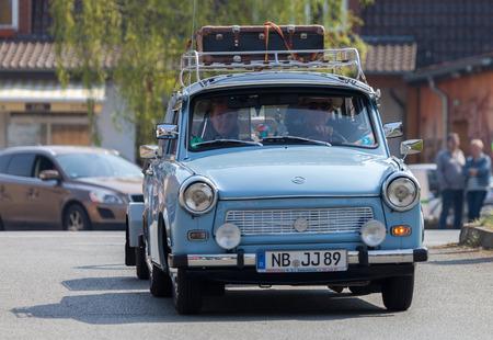 Treptow / DEUTSCHLAND - 1. Mai, 2016: Deutsch trabant Auto fährt auf einer Straße bei oldtimer Show am 1. Mai 2016 in Altentreptow, Deutschland.