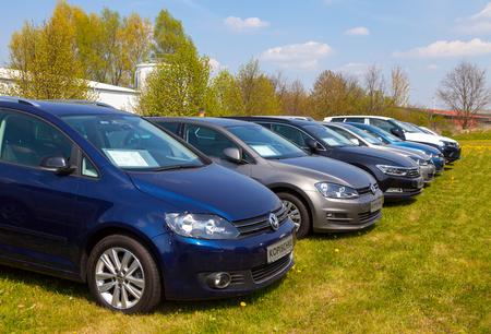 ALTENTREPTOW / ALLEMAGNE - 1er MAI 2016: Les voitures Volkswagen se trouve sur un concessionnaire automobile à altentreptow, Allemagne le 1er mai 2016.