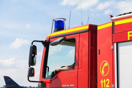 BERLIN / GERMANY - JUNE 4, 2016: german fire service truck stands on airport in schoenefeld, berlin / germany at june 3, 2016. 新聞圖片