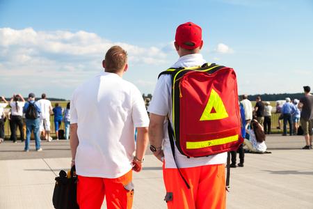 2 つのドイツの救急が飛行場の上に立つ