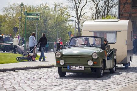 Treptow / DEUTSCHLAND - 1. Mai, 2015: Deutsch-Trabant-Auto mit Anhänger fährt auf einer Straße bei oldtimer Show am 1. Mai 2015 in Altentreptow, Deutschland.