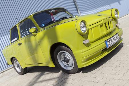 Treptow / DEUTSCHLAND - 1. Mai, 2015: Deutsch abgestimmt Trabant-Auto steht in der Nähe einer Halle am oldtimer Show am 1. Mai 2015 in Altentreptow, Deutschland.