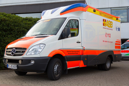 PEINE / GERMANY - MARCH 20, 2017: german ambulance vehicle stands on hospital at peine / germany 新聞圖片