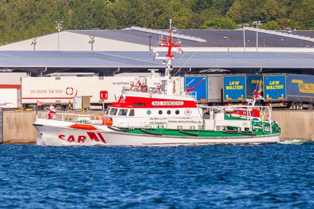 salvavidas: KIEL  ALEMANIA 20 DE JUNIO DE 2017: El salvador del mar Nis Randers del Servicio de búsqueda y salvamento marítimo alemana conduce en el puerto de Kiel.