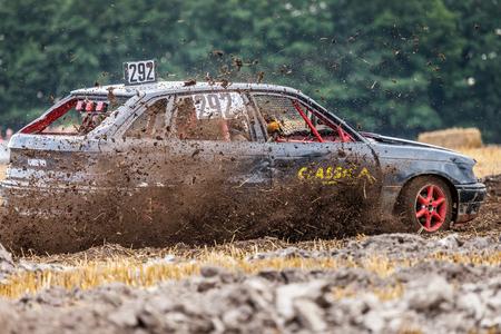 motorizado: LINSBURGO  ALEMANIA - 5 DE AGOSTO DE 2017: Stockcar conduce en una pista sucia en un desafío de Stockcar.