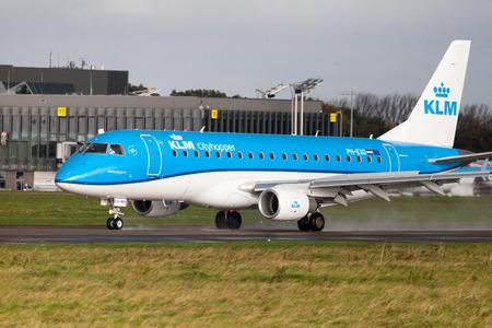 LANGENHAGEN / DUITSLAND - OKTOBER 28, 2017: Embraer ERJ-175 van luchtvaartlijn KLM-aandrijving aan baan op internationale luchthaven Langenhagen / Hanover. Redactioneel