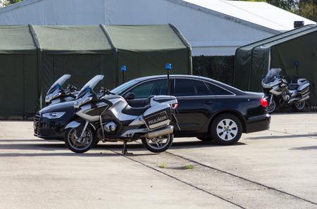 Duitse feldjaeger, militaire politie motorfietsen en voertuigen staat in formatie