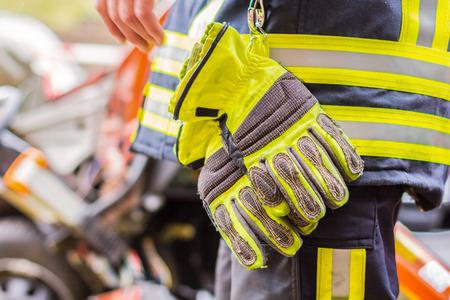 Feuerwehrmann arbeitet mit einem professionellen Auto auf einem abgestürzten Auto Standard-Bild - 89348114
