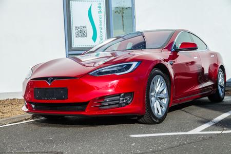 Fuerth / Duitsland - 4 maart 2018: Tesla-logo op een Tesla-auto Tesla, Inc. is een Amerikaans bedrijf dat gespecialiseerd is in elektrische auto's, energieopslag en fabricage van zonnepanelen.