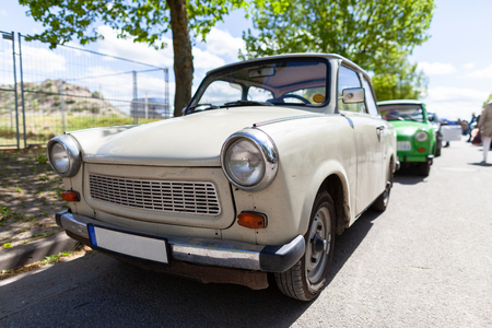 Deutsches Trabantauto steht auf einer Straße