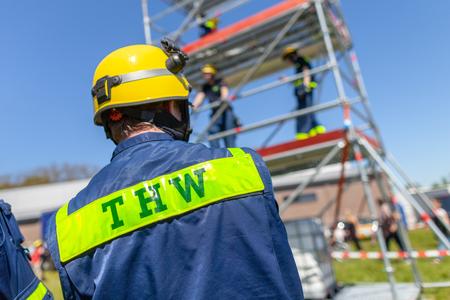Delmenhorst / Duitsland - 6 mei 2018: Duitse technische hulpdienst ondertekenen op een vest van een man. THW, Technisches Hilfswerk betekent technische hulpdienst. Stockfoto - 104404885