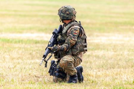 Soldado alemán con un rifle en un curso de formación