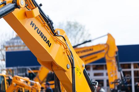 MUNICH / ALEMANIA - 14 DE ABRIL DE 2019: Logotipo de Hyundai en un brazo excavador en un distribuidor de máquinas Hyundai.