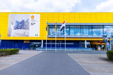 NUREMBERG / ALLEMAGNE - 7 AVRIL 2019 : succursale IKEA sur un entrepôt à Nuremberg. IKEA est un groupe multinational fondé en Suède qui conçoit et vend des meubles, des cuisines et des accessoires prêts à assembler.