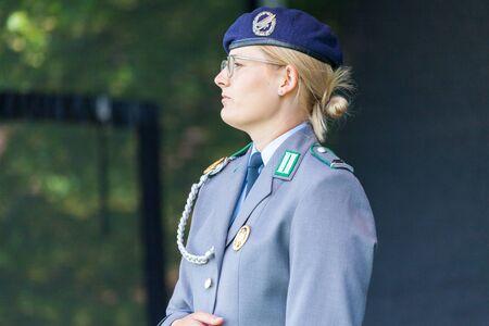 AUGUSTDORF/DEUTSCHLAND - 15. JUNI 2019: Deutsche Soldatin in voller Uniform geht am Tag der Bundeswehr 2019 auf einer Bühne.