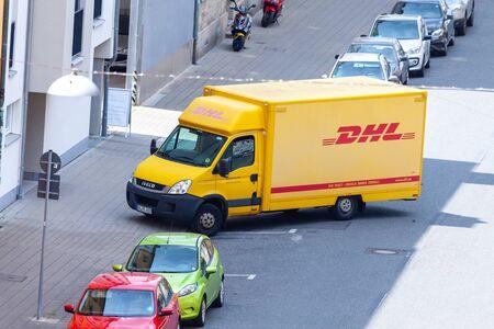 FUERTH / ALEMANIA - 20 DE JULIO DE 2019: Transportador Iveco de mensajería internacional, paquetería y empresa de correo urgente DHL, se encuentra en una calle.