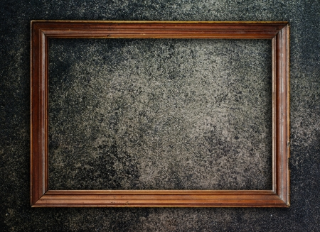 marco madera: Viejo marco de grunge pared para poner sus propias imágenes en Foto de archivo