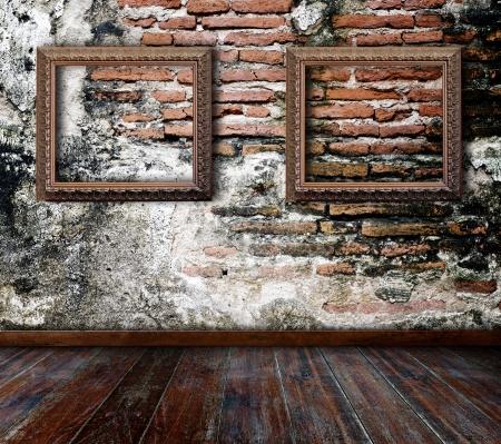 Bilderrahmen an der Wand im Grunge Raum gestellt Standard-Bild